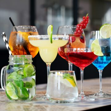 Domowy bar – jakie urządzenia przydają się do przygotowywania drinków?
